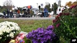 Квітник на місці аварії лімузина у Нью-Йорку, яка восени 2018-го року забрала 20 життів