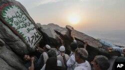 حجاج برای دیدن غار حرا که محمد برای نخستین بار در آنجا به پیغمبری مبعوث گردید، می روند