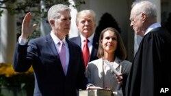 닐 고서치 신임 미 연방 대법관이 10일 백악관에서 취임 선서를 하고 있다. 아내 메리 루이스 고서치 씨가 성경을 들고 있다.