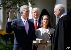 یکسال پیش مراسم سوگند عضو جدید دیوانعالی که توسط پرزیدنت ترامپ معرفی شده بود، توسط قاضی کندی (سمت راست) برگزار شده بود.