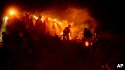 Les pompiers combattent le feu à Fullerton, en Californie, le 30 octobre 2019.