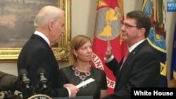 Wakil Presiden AS Joe Biden melantik Ashton Carter (kanan) sebagai Menhan AS yang baru, Selasa (17/2).