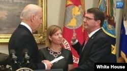 مراسم ادای سوگند اشتون کارتر وزیر دفاع جدید ایلات متحده (راست) در کاخ سفید، با حضور جو بایدن معاون رئیس جمهوری آمریکا (چپ)