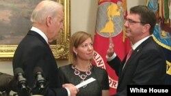 Ashton Carter juramentó en compañía de su esposa, Stephanie Carter.