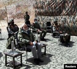 印度总理莫迪视察驻扎在喜马拉雅山拉达克地区的印度军营。(2020年7月3日)