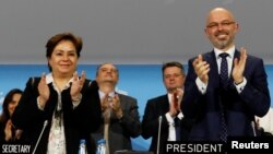 제24차 유엔 기후변화협약 당사국 총회(COP 24)를 주최한 미하우 쿠르티카 전 폴란드 에너지 부장관(왼쪽)과 패트리샤 에스피노사 유엔기구변화협약 사무총장이 15일 폴란드에서 열린 COP 24에서 파리 기후변화협정 후속 조치가 마련되자 박수를 치고 있다.