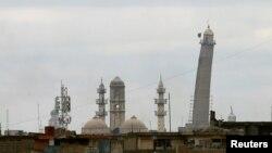 Arhiva - Crna džihadistička zastava vijori se nad al-Habda minaretom Velike džamije u Mosulu, Irak, 16. marta 2017.