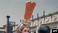 Elizabeth Taylor chuẩn bị cho vai trong phim Cleopatra