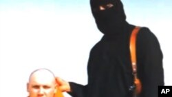 Seorang militan ISIS bersama sandera jurnalis Steven Sotloff (foto: dok). ISIS mengeluarkan video baru pemenggalan 21 sandera Mesir Minggu (15/2).