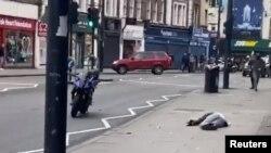 Seorang pria yang ditembak polisi setelah melakukan penikaman tergeletak di Streatham, selatan London, Inggrid, 2 Februari 2020.