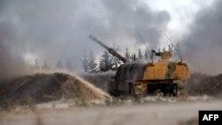រូបភាពនេះបង្ហាញឱ្យឃើញពីកាំភ្លើងស្វ័យប្រវត្តិរបស់តួកគីកំពុងធ្វើការបាញ់ប្រហារទៅលើគោលដៅក្នុងខេត្ត Idlib នេះបើយោងតាមរដ្ឋមន្ត្រីការពារប្រទេសតួកគី។