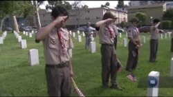 На Арлінгтонському цвинтарі біля могил полеглих героїв США встановили прапорці. Відео