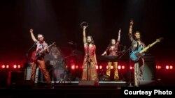 ក្រុមសម្តែងល្ខោន Cambodian Rock Band និពន្ធដោយអ្នកស្រី Lauren Yee នៅរោងល្ខោន Signature Theater នៅទីក្រុងញូវយ៉ក សហរដ្ឋអាមេរិក។ (Courtesy photo of Joan Marcus)