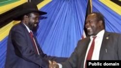 Rais wa Sudan Kusini Salva Kirr( kushoto) akisalimiana na aliekuwa naibu wake Riek Machar kwenye picha ya zamani.