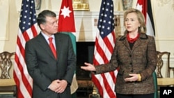 Secretary of State Hillary Clinton (r) welcomes Jordan's King Abdullah at the State Department in Washington, May 16, 2011