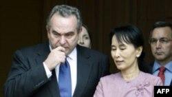 Trong chuyến thăm Miến Ðiện hồi tháng 11 năm 2009 ông Kurt Campbel đã gặp bà Aung San Suu Kyi.