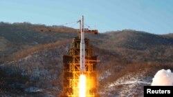 Korea Utara melakukan ujicoba roket Unha (foto: dok). AS memberlakukan sanksi-sanksi baru terhadap Pyongyang untuk menarget Satuan Roket Strategis Korea Utara.