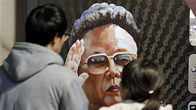 Visitors look at a painting of North Korean leader Kim Jong Il, painted by North Korean defector Sun Moo, at the Korea War Memorial Museum in Seoul, South Korea, 26 Oct 2010.