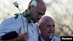 Will Beck (kiri) dan Lee Andres dua orang penyintas penembakan di SMA Columbine pada peringatan 20 tahun di Littleton, Colorado, 19 April 2019.