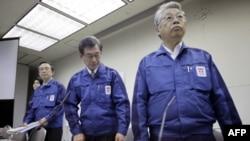 Predsednik TEPCO-a Masataka Šimicu (centar) rekao da duboko žali zbog nesreće koja je pogodila građane greškom njegove kompanije, 15. april 2011.