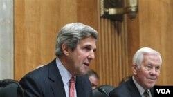 Anggota Komisi Luar Negeri Senat AS, Senator John Kerry didampingi Senator Richard Lugar saat menyampaikan pernyataan sikap Senat AS mengenai situasi politik di Mesir, Selasa 1 Februari 2011.