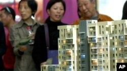 南京的市民在房地產交易會上觀看公寓樓的模型(資料圖片)