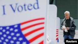 Arhiva - Glasač na biračkom mjestu u Fort Milu, u Južnoj Karolini, 29. februara 2020. (REUTERS/Lucas Jackson)