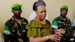 Cathérine Samba-Panza, présidente centrafricaine encadrée des éléments des Forces armées centrafricaines