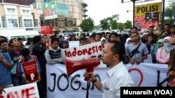 Berbagai komunitas Yogya melakukan protes dengan orasi di depan markas Polda DIY di Jalan Lingkar Utara, Yogyakarta, Sabtu, 24 Januari 2015 (Foto: VOA/Munarsih)