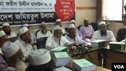 Maulana Fariduddin Masoud, Ketua Bangladesh Jamiatul Ulama atau BJU (tengah), ketika mengeluarkan fatwa kecaman terhadap serangan teroris bulan lalu di Dhaka (18/6).