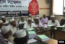 Condemning terrorism as forbidden and un-Islamic, Maulana Fariduddin Masoud, chairman of Bangladesh Jamiatul Ulama (BJU), and his team reveal the fatwa in Dhaka, June 18, 2016. (J. Samnoon/VOA)
