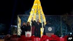 美国总统奥巴马携家人点亮圣诞树