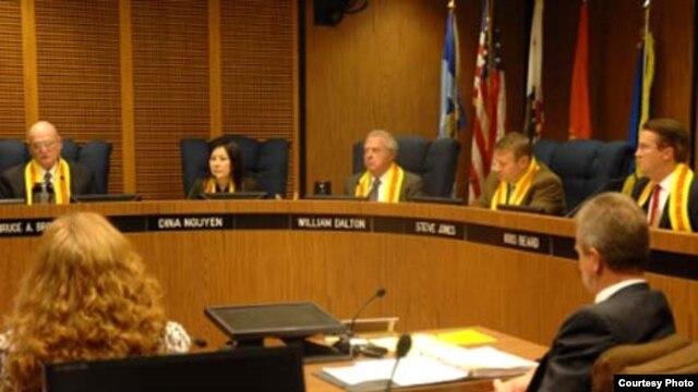Năm thành viên Hội Ðồng Thành Phố Garden Grove bỏ phiếu cho nghị quyết ngăn CSVN. (Hình: Ðỗ Dzũng/Người Việt)
