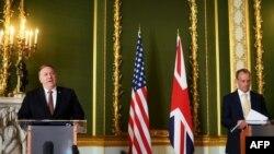 美国国务卿蓬佩奥(左)2020年7月21日在伦敦与英国外交大臣拉布举行记者会