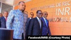 Ministre wa yambo Sylvestre Ilunga (C), ministre ya santé Dr Eteni Longondo (2e G), mokambi INRB mpe ya cellule ya COVID Dr. Jean-Jacques Muyembs (G) na bofungolami ya ndako ya sika ya INRB, Kinshasa, 22 février 2020. (Facebook/INRB)
