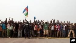 Para demonstran menyerukan Presiden Michel Djotodia untuk mundur dalam aksi unjuk rasa di bandara Bangui, Afrika Tengah (31/12).