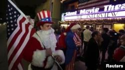 지난 24일 밤 미국 로스엔젤레스의 한 극장에서 개봉한 영화 '인터뷰'를 보기 위해 모인 관객들. 산타클로스 복장에 미국 국기를 든 관객도 보인다.