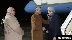 ທ່ານ John Kerry (ຂວາ) ລັດຖະມົນຕີກະຊວງການຕ່າງປະເທດ ສຫລ ຖືກຕ້ອນຮັບໂດຍ ເອກອັກຄະລັດຖະທູດ ສຫລ ປະຈໍາ ເຢຍຣະມັນ ທ່ານ Philip Murphy (ກາງ) ໃນໂອກາດທີ່ໄປເຖິງ ສະໜາມບິນສາກົນ Tegel ໃນ ກຸງເບີລິນ ໃນວັນທີ 25 ກຸມພາ 2013
