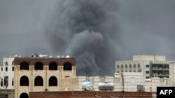 Smoke billows following an airstrike by the Saudi-led coalition on the headquarters of the Special Security Forces, formerly known as the Central Security, in Sana'a, Yemen, May 27, 2015.