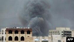 지난 27일 예멘 사나에서 사우디 아라비아군 주도 연합군의 공격이 있은후 연기가 치솟고 있다. (자료사진)
