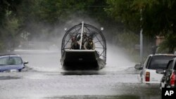 """El Departamento de Bomberos de Houston dijo que comenzará este jueves un esfuerzo cuadra a cuadra en miles de viviendas inundadas para garantizar que """"no se deja a nadie atrás""""."""