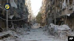 Edificios en Alepo destruidos por ataques aéreos del gobierno sirio. Foto provista por el grupo de defensa civil sirio conocido como Cascos Blancos.