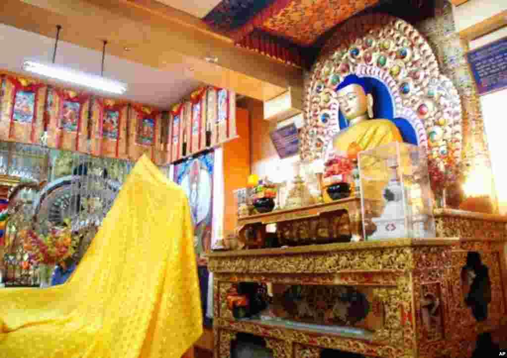 達賴喇嘛法王官邸前西藏寺院裡的佛像