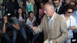 Ứng cử viên đối lập chính trong cuộc bầu cử tổng thống Thổ Nhĩ Kỳ, ông Ekmeleddin Ihsanoglu, tại một trạm bỏ phiếu ở Istanbul, ngày 10/8/2014.