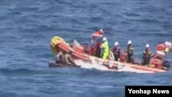 한국 국민안전처 해양경비안전본부가 지난달 27일 동해 상에서 조난한 북한 어선과 선원 6명을 해군과 함께 구조한 후 당시 사진을 공개했다. (자료사진)
