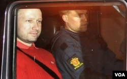 Anders Behring Breivik meninggalkan gedung pengadilan di Oslo, Senin (25/7).