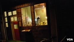 移民台灣的香港人古小姐,在台南市一條小巷子裡開始一間多元化的書店咖啡室(美國之音湯惠芸)