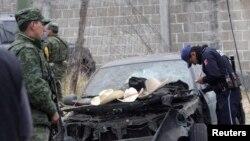Para tentara dan polisi menginspeksi lokasi kejadian ledakan truk yang memuat kembang api di desa Jesus Tepactepec,dekat ibukota negara bagian Tlaxcala (15/3). Jumlah korban tewas dalam insiden tersebut hingga hari ini tercatat sebanyak 16 orang.