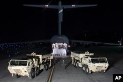 한국 오산 공군기지에 착륙한 미국 C-17 수송기에서 사드 배치에 필요한 발사대 2기와 장비들을 하역했다.