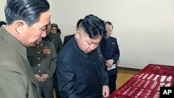 5월 1일 노동절을 맞아 평안북도에 있는 대관유리공장을 시찰한 북한 김정은 국방위원회 제1위원장.